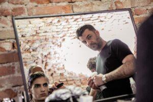 Vìen e Ferragamo: doppio impegno per Toni Pellegrino nel backstage della Milan Fashion Week